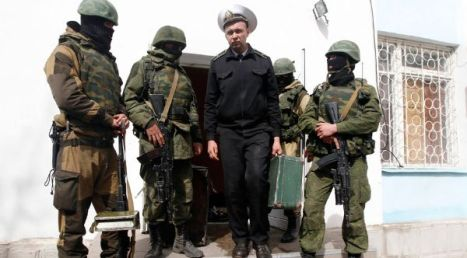 Soldados ucranianos abandonan una cuartel en la ciudad de Sebastopól, Crimea.