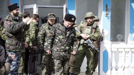 Instantes en que el contraalmirante Serguéi Gaiduk (en la gráfica con la gorra negra en el centro) era liberado en Sebastopól.