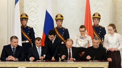 El presidente ruso, Vladímir Putin, y el primer ministro de Crimea, Serguéi Axiónov, el jefe del parlamento crimeo, Vladímir Konstantínov, y el jefe de la ciudad de Sebastopol, Alexéi Chali, firmaron este martes un tratado bilateral por el que se acoge a éstas en el seno de la Federación Rusa.