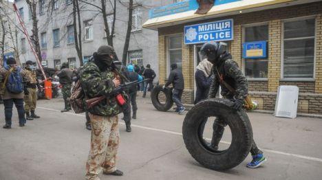 Las milicias de rusoparlantes han tomado dos sedes de las fuerzas de seguridad ucranianas en Slaviansk, al este del país. Leer más:  La ofensiva 'antirusa' al este de Ucrania se salda con dos fallecidos y siete heridos  http://www.teinteresa.es/politica/Ucrania-operacion-antiterrorista-operan-prorrusos_0_1119488140.html#WaQ1dA6JWbTYLlu3 OpenBank: SIN GASTOS NI COMISIONES. Hazte cliente, SIMPLIFICA Tu dinero siempre disponible cuando quieras