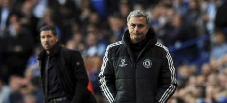 Una vez más se le escapa al portugués  José Mourinho (d) una copa de la Liga de Campeones Champions. En el fondo el argentino Diego Simeone (i) mira al técnico del equipo inglés y su suerte. Foto: EFE.