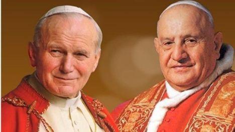 Con la canonización de Juan Pablo II y Juan XXIII el papa Francisco quiere dar ejemplos de que la santidad no es inaccesible, afirman especialistas.