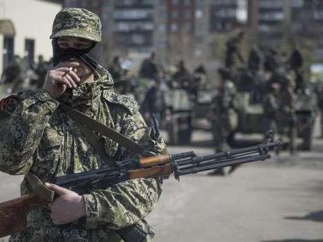 foto: Un prorruso armado se fuma un cigarrillo en Sláviansk, en la región de Donetsk Foto: Efe