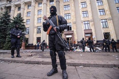 La policía ucraniana detuvo este lunes a 70 ucranianos rusoparlantes, que ocupaban un edificio gubernamental en Jarkov.