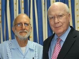 Alan Gross (izquierda) junto al senador Patrick J. Leahy durante una visita que le hizo este último al hospital donde se encuentra recluido el subcontratista de la USAID, quien cumple condena de 15 años de prisión en Cuba por violar las leyes de la Isla.
