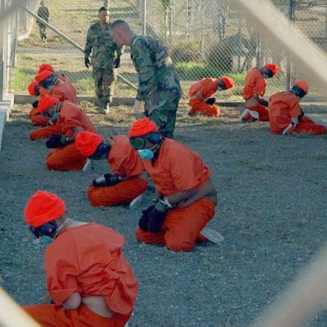 En la cárcel de la ilegal Base Naval de Guantánamo, que por la fuerza mantiene el Pentágono en esa parte del oriente de Cuba, se tortura todos los días a los supuestos terroristas allí confinados.  Esos reos los mantienen allí en un limbo legal y no disponen de un debido proceso judicial.