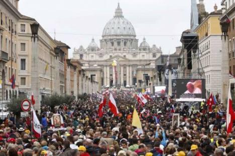 La plaza de San Pedro estuvo colmada desde tempranas horas de este domingo, antes de la ceremonia de canonización de Juan XXIII y Juan Pablo II. Foto: Reuters.