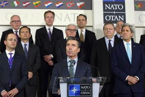 En pose imperial, el secretario general de la OTAN, Anders Fogh Rasmussen, en la conferencia de prensa anunciando el envío de tropas a la frontera. Foto: EFE