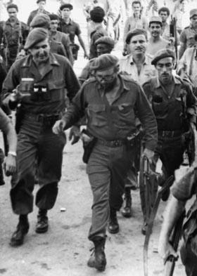 Fidel estuvo en la primera trinchera de lucha. Fidel con José R. Fernández en Playa Girón.  Fotocopia: Carlos Pereira 02/05/1975.