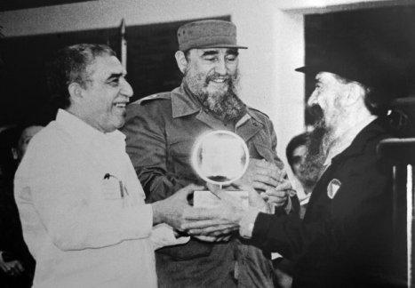Una foto del Gabo con su amigo Fidel Castro. (AFP | Adalberto Roque)