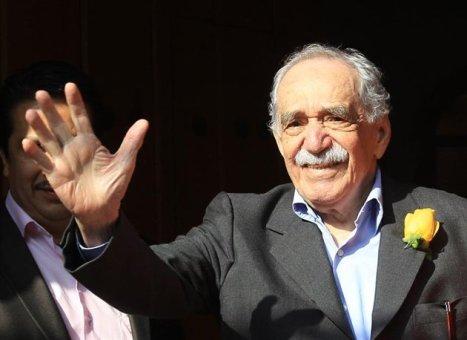 EFE - MEX22. CIUDAD DE MÉXICO (MÉXICO), 06/03/2014.- El escritor colombiano Gabriel García Márquez saluda sonriente a un grupo de periodistas hoy, jueves, 6 de marzo de 2014, afuera de su residencia en Ciudad