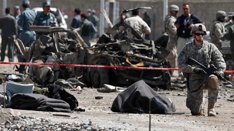 Un soldado estadounidense cerca del cuerpo de una víctima de un ataque suicida en Kabul, en mayo de 2010. Foto: REUTERS/ Ahmad Masood.