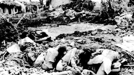 Vietnam, abril 1972, Víctimas de un bombardeo estadounidense. Foto: AFP.
