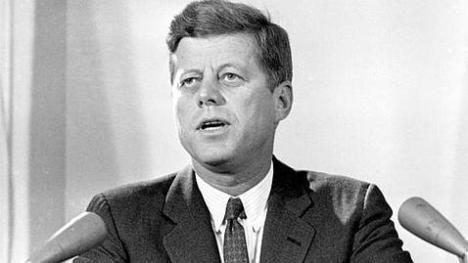El presidente John F. Kennedy admite públicamente la responsabilidad del gobierno de EE.UU. en la organización de la invasión a Cuba realizada por una brigada mercenaria.  Eso le costó la vida. Foto: Archivo.
