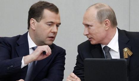 El presidente ruso Vladimir Putin (derecha) conversa con su antecesor en el cargo de Dmitri Medvédev (izquierda). Foto: EFE.