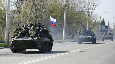 Blindados del ejército ucraniano que se pasaron al lado de los manifestantes rusoparlantes en el este de Ucrania. Los militares  quitaron la bandera ucraniana, pusieron en su lugar la rusa y se dirigen a a Slaviansk. Foto: Reuters.