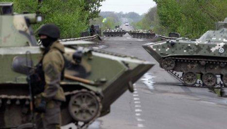 Ejército urcraniano bloqueando uno de los accesos a ciudades rusoparlantes del este del país opuestas al gobierno de facto de Kíev. Foto: Fijan para el 2 de mayo el asalto a las sedes públicas ocupadas en el este de Ucrania. Foto: © REUTERS/ Baz Ratner.