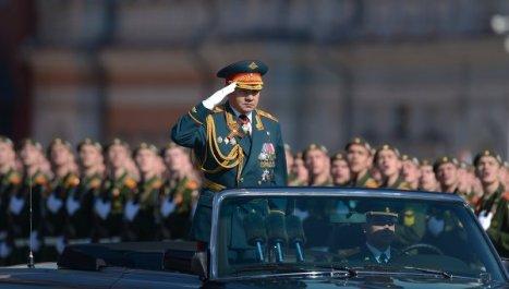El ministro de Defensa Serguéi Shoigú pasa revista a las tropas en la Gran Plaza Roja. Foto: © RIA Novosti. Grigory Sysoev.