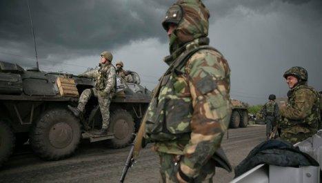 Tropas ucranianas bombardean con artillería  Slaviansk.