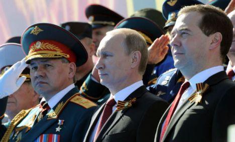 El presidente Vladimir Putin, flanqueado por el ministro ruso de Defensa y el Primer Ministro ruso.