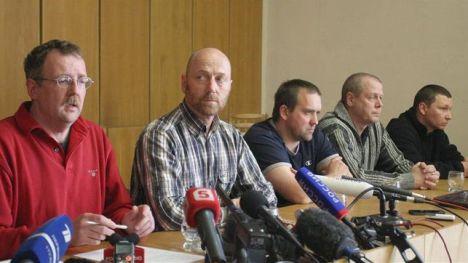 Una parte de los observadores militares de la Organización para la Seguridad y la Cooperación en Europa (OSCE) y el alcalde Slavyansk Vyacheslav Ponomarev durante a una conferencia de prensa en Slaviansk, Ucrania.