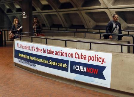 """Un nuevo grupo activista, que busca que Estados Unidos cambie su política respecto de Cuba, lanzó el lunes una campaña de publicidad con afiches el metro de Washington D.C. con la imagen del presidente Barack Obama al que le piden """"dejar de esperar"""". Washington, 28 de abril de 2014 Foto: REUTERS/Gary Cameron."""