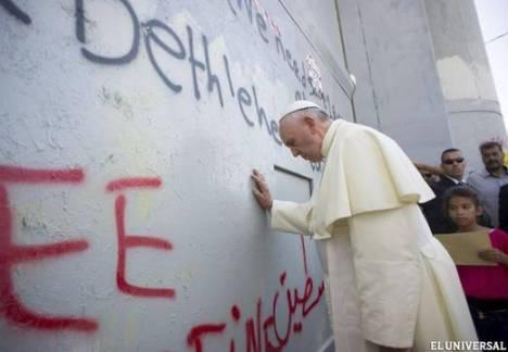 El Pontífice se detuvo ante el muro de separación entre Cisjordania e Israel (Efe)