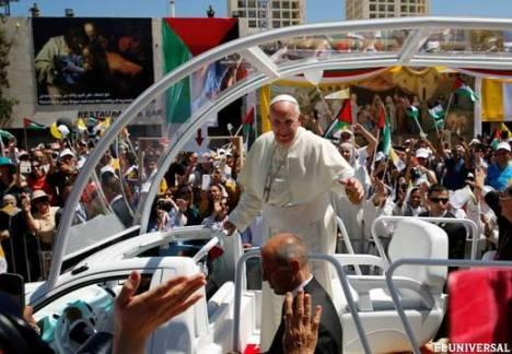 Francisco celebró una misa en la Plaza del Pesebre, fuera de la Iglesia de la Natividad. Foto: Reuters.