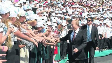 El presidente Putin saluda a partidarios durante un acto en San Peterburgo. Foto: EFE.