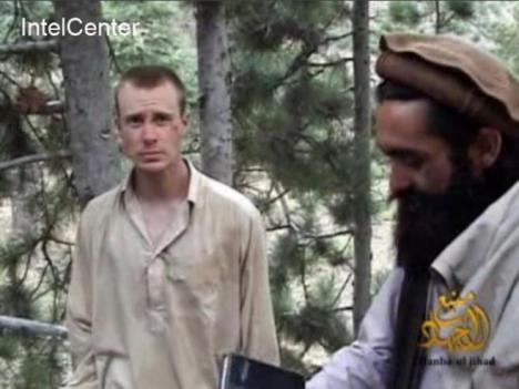 En esta imagen, que data de 2010 -un año después de ser secuestrado- se ve a Bergdhal en compañía de uno de sus captores. AFP-PH-WNI
