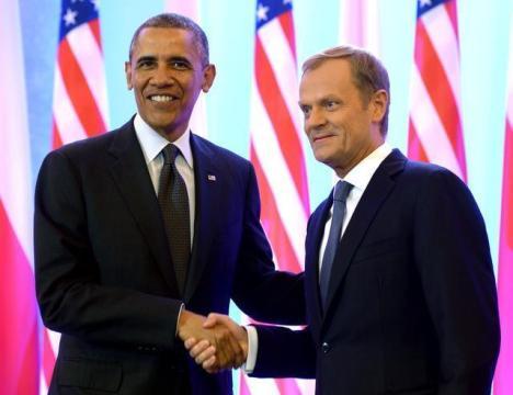 El presidente estadounidense, Barack Obama (izq), estrecha la mano al primer ministro polaco, Donald Tusk, durante una reunión en Varsovia (Polonia)