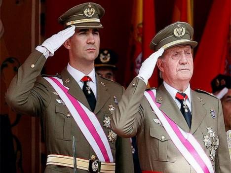 Felipe de Borbón y el rey Juan Carlos. El rey Juan Carlos abdicó este lunes en favor del príncipe Felipe, anunció el presidente del gobierno español, ...