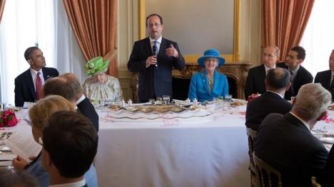 Obama estuvo separado de Putin por las reinas de Gran Bretaña, Dinamarca y al centro el presidente francés François Hollande. Foto: AFP.