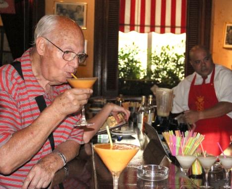 4.-Floridita 24: El español Enrique Gutiérrez (en la foto degustando un Daiquiri mulata) considera que no hay otro bar en el mundo como el Floridita.