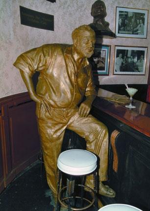 El genial novelista Ernest Hemingway vuelve a estar sentado de nuevo junto a la barra de su bar favorito en La Habana con un daiquiri delante. Foto archivo.