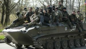 Milicianos ucranianos de origen ruso encima de un blindados capturado a las tropas enviadas por Kiev. Foto: AP.
