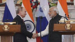 El presidente ruso, Vladimir Putin (izda), estrecha la mano del primer ministro indio, Narendra Modi (dcha), durante una rueda de prensa en Nueva Delhi (India) hoy, jueves 11 de diciembre de 2014. Foto: EFE