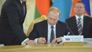 El presidente ruso Vladimir Putin firmó la nueva doctrina militar que tiene en cuenta los cambios geopolíticos y de seguridad provocados este año por la crisis en Ucrania, en ella apuntó a Estados Unidos y a la OTAN como mayores amenazas.