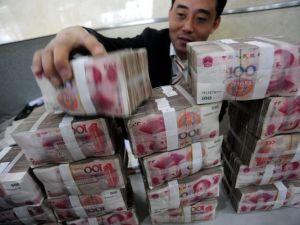 Ya nada puede hacer el dólar norteamericano para detener el vertiginoso ascenso del yuan chino. Foto: Ap.
